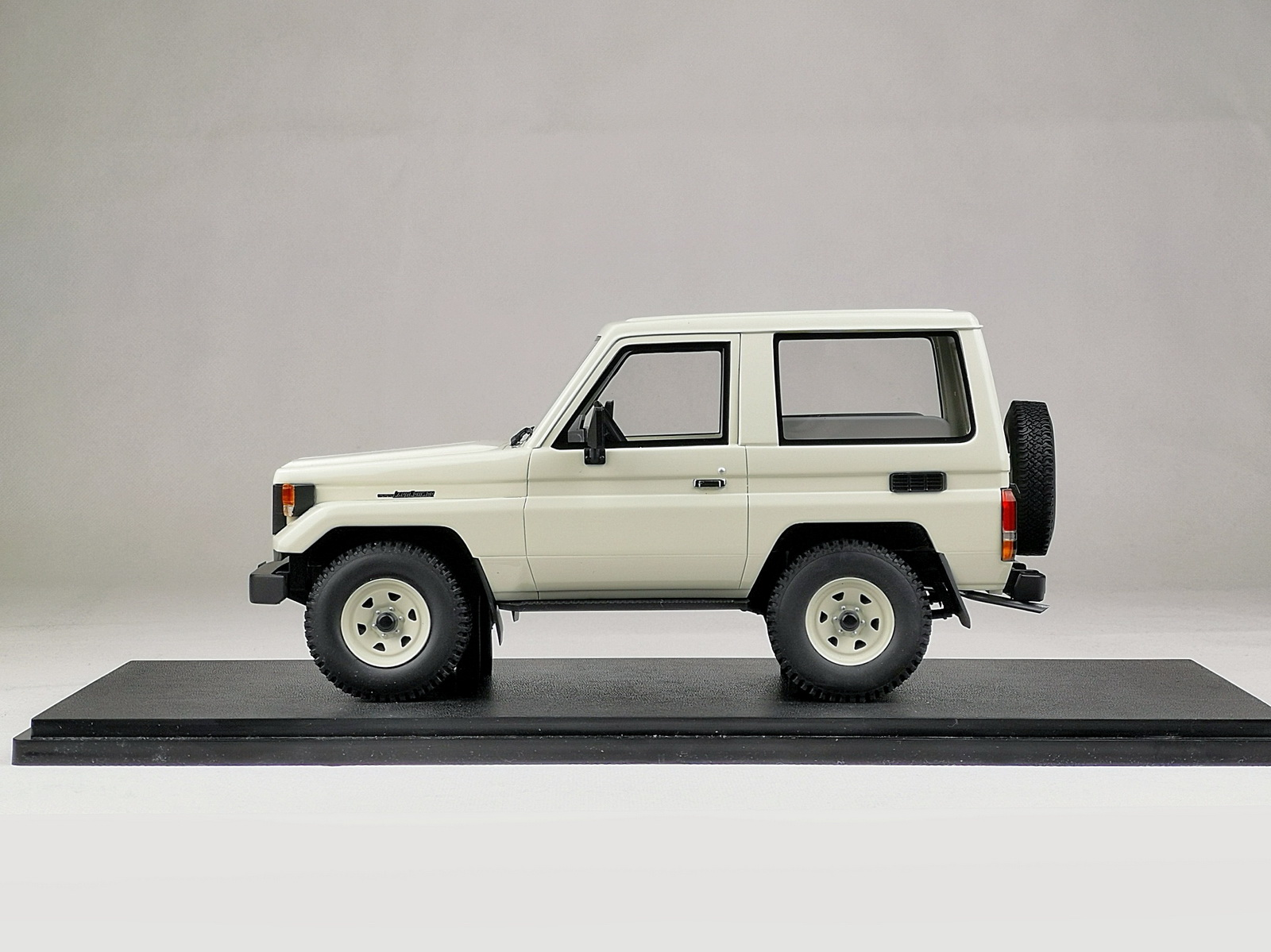 Land-Cruiser-70-Cult-1_18-01